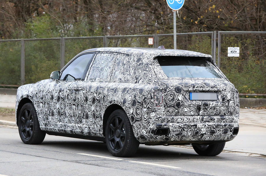 Rolls-Royce Cullinan вид сзади