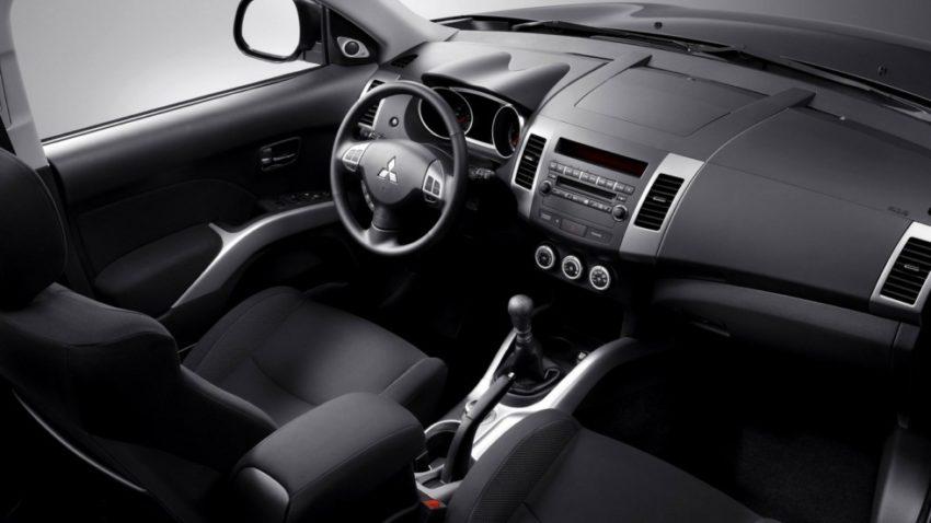 Интерьер Mitsubishi Outlander 2