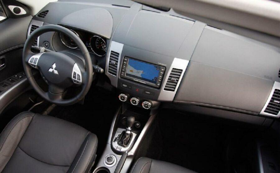 Интерьер Mitsubishi Outlander II