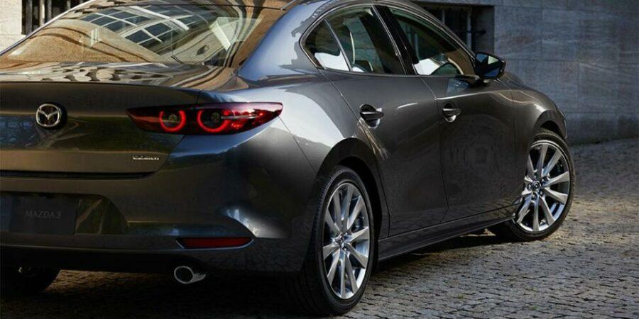 Новая  Mazda 3 вид сзади