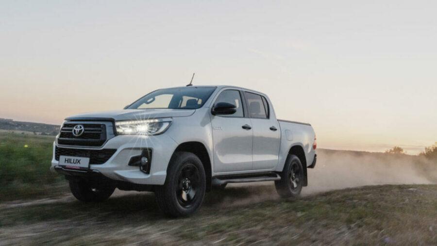 У российских дилеров появился пикап в новом исполнении Toyota Hilux в версии Exclusive Black