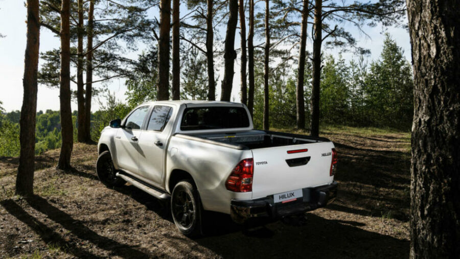 Вид сзади Toyota Hilux Exclusive Black