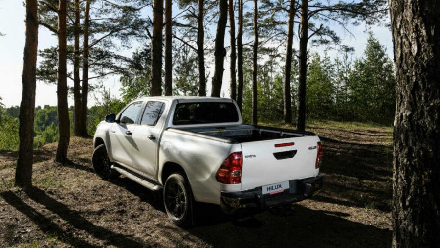 Вид сзади Toyota Hilux Exclusive Black