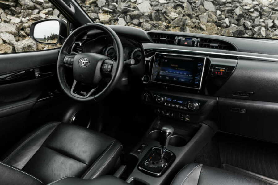Интерьер Toyota Hilux Exclusive Black