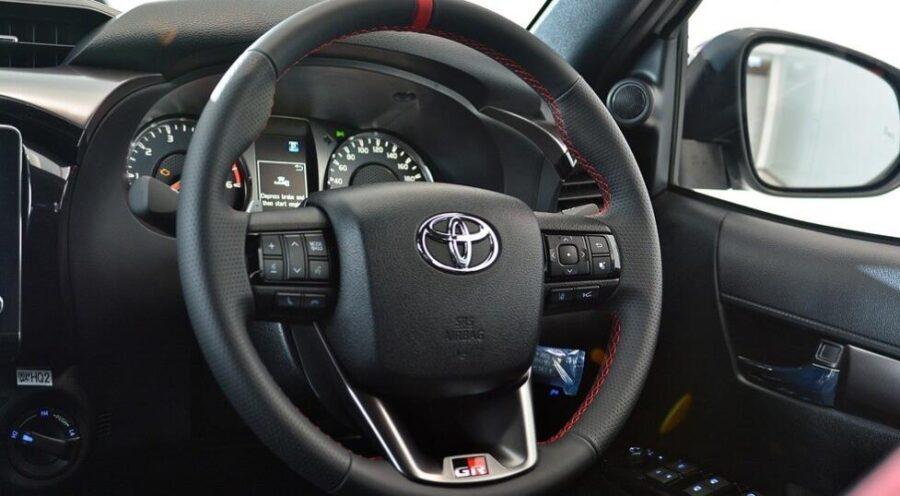 Интерьер Toyota Hilux GR Sport